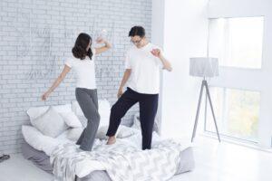 ベッドで踊るカップル