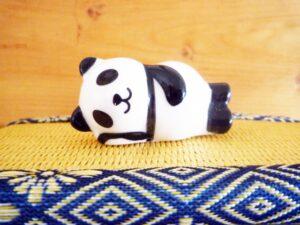 寝ころぶパンダ